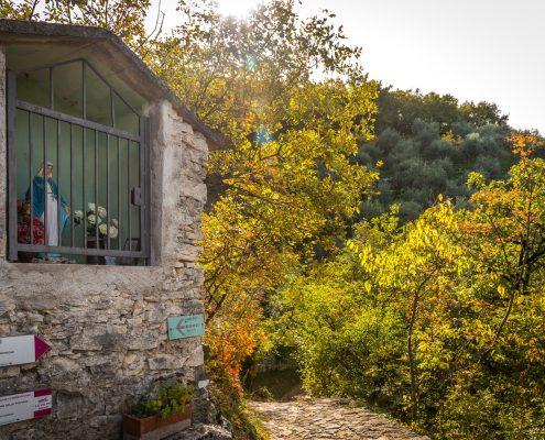 Campo, ein kleiner Weiler hoch oberhalb von Torri del Benaco mit romantischer Kirche, die zum Verweilen einlädt auf unseren Wanderungen.