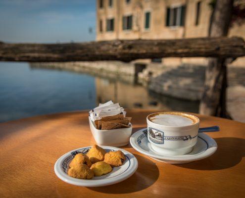 Cappuccino am Gardasee an der Punta San Vigilio