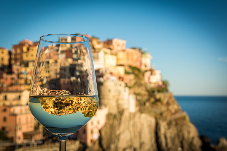 Manarola mit Weinglas. Wandern und Wein in den Cinque Terre