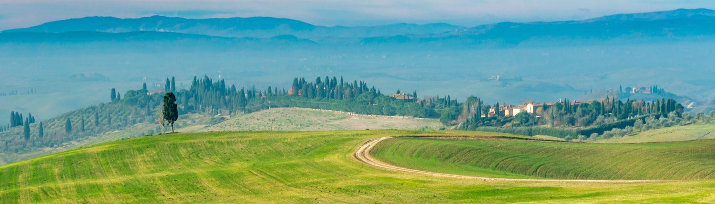 Wandern durch die malerische Landschaft in der Toskana