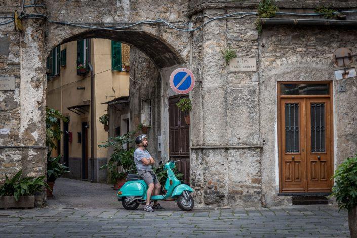 italienischer Vespafahrer in kleinem Dorf
