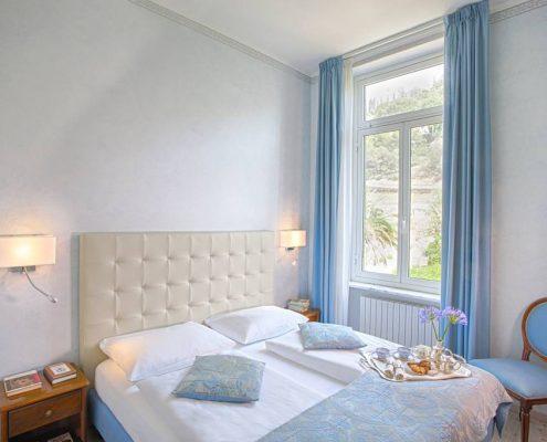 ein blaues Zimmer in der Villa Elisa in Bordighera, Ligurien