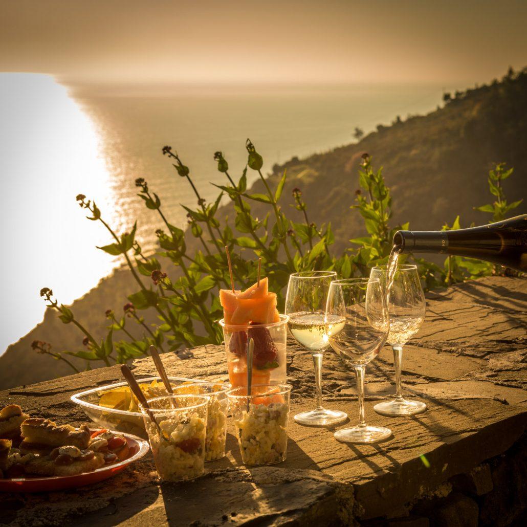 Ein Aperitif zum Sonnenuntergang mit Meerblick und Cinque Terre Wein