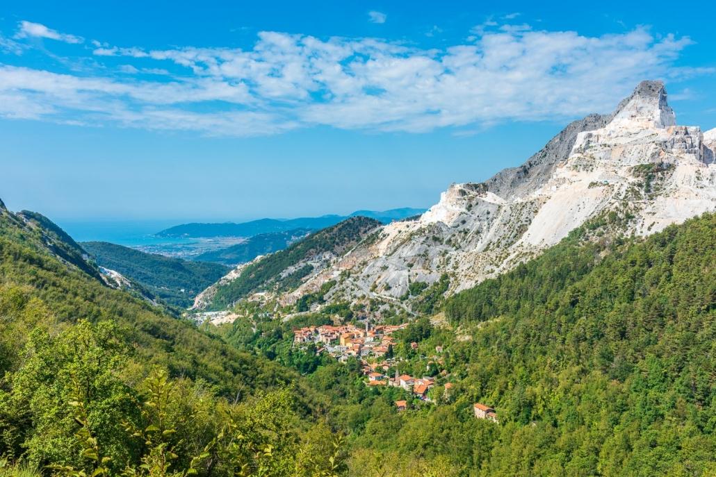 Blick auf das Meer und Colonnata von den Apuanischen Alpen aus