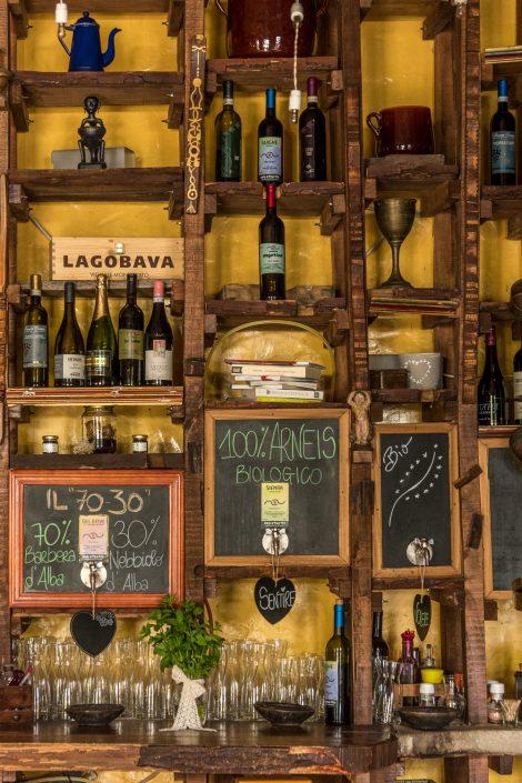 Weinregal im Restaurant der Casa Scaparone bei Alba