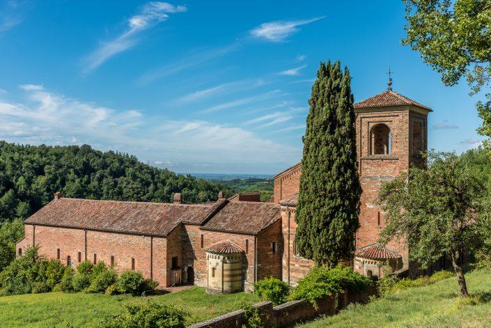 Wandern bei der romanischen Abtei von Vezzolano im Piemont