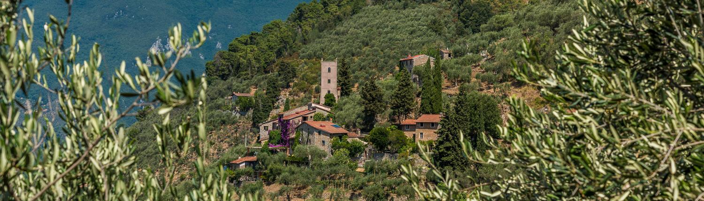 Ein kleines Dorf bei Lucca in den Huegeln von Camaiore
