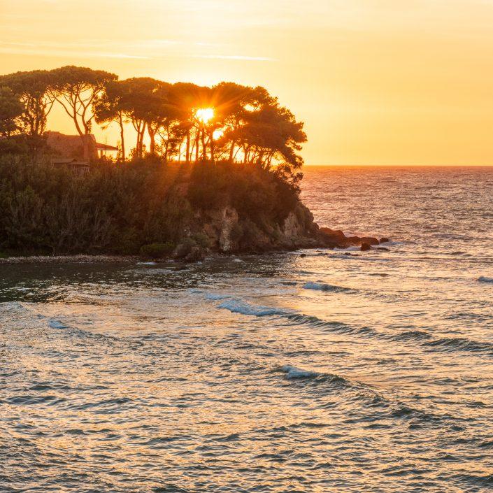 Sonnenuntergang am Meer an der toskanischen Kueste