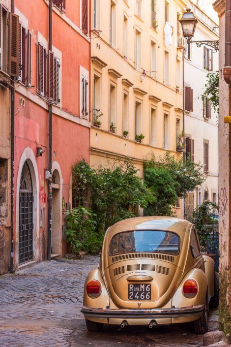 Gasse mit Fiat 500 in rom